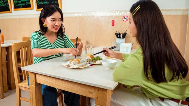 """Khả Ngân, Châu Bùi """"khổ sở"""" học làm bánh cuốn trong show thực tế City Girls"""