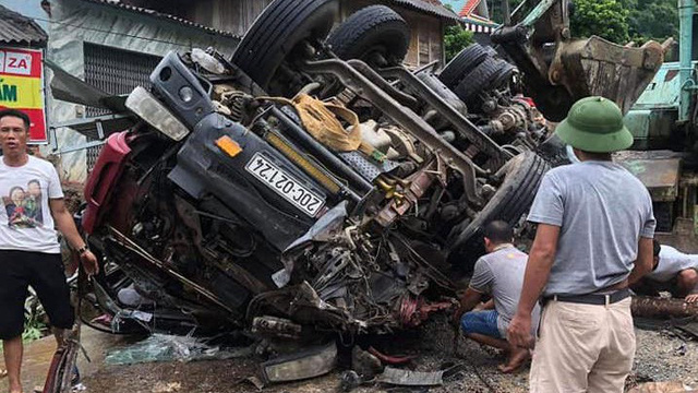 Xe tải lật ở dốc tử thần, con nguy kịch, cha tử vong trong xe