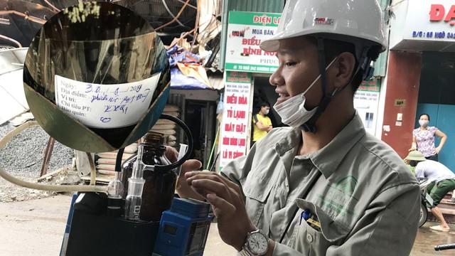 Cận cảnh quá trình lấy mẫu không khí quanh Công ty bóng đèn phích nước Rạng Đông