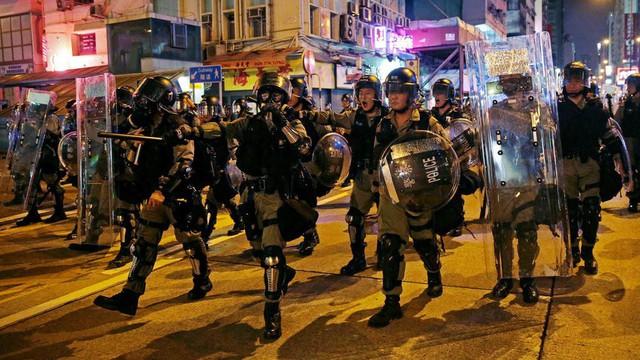 Phó chủ tịch Chính hiệp TQ đòi chôn sạch người biểu tình Hồng Kông đốt quốc kỳ, vây sở cảnh sát