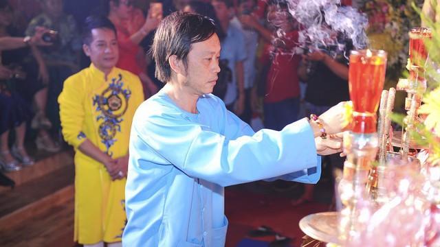 Bất ngờ với sự cẩn thận của Hoài Linh khi tới cúng Tổ ở sân khấu Minh Nhí