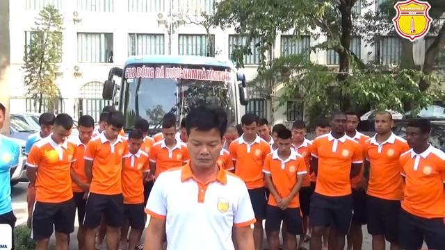CLB Nam Định cúi đầu xin lỗi, GĐKT Văn Sỹ bức xúc: Hội CĐV không thay đổi thì giải tán đi