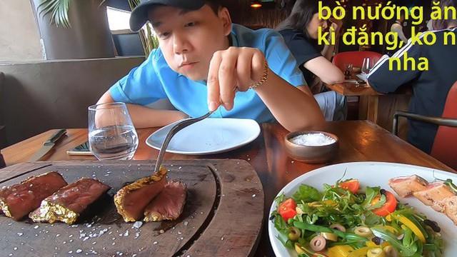 """Khoa Pug chi tiền ăn món bò dát vàng của """"thánh rắc muối"""": Bít tết nướng cháy ăn đắng ngắt, thua xa cách làm của nhà hàng Việt"""