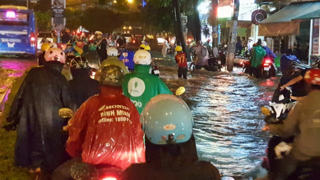 Mưa khủng khiếp khiến nhiều tuyến đường bị nhấn chìm, hàng trăm người dân đẩy xe đi bộ ở TP.HCM