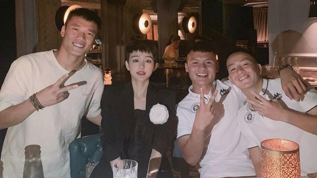 """Lại thêm một người vướng vào vòng nghi vấn hẹn hò với Hiền Hồ, không ai khác chính là """"chàng trai vàng"""" của làng bóng đá Việt Nam"""