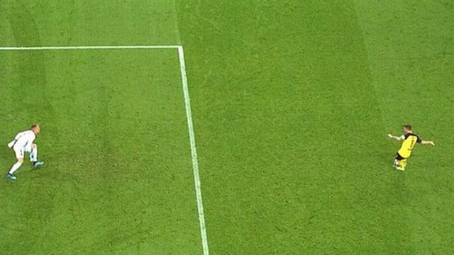 Thủ môn Barca ăn gian lộ liễu khi đối mặt với cú sút phạt đền của trai đẹp Marco Reus