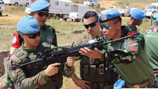 Chiến sĩ gìn giữ hòa bình Việt Nam huấn luyện sử dụng súng trường Pindad SS2 tối tân