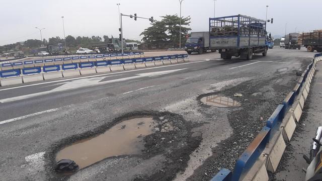 Ổ voi, ổ gà dày đặc trên cao tốc 34.000 tỉ đồng nối Đà Nẵng – Quảng Ngãi