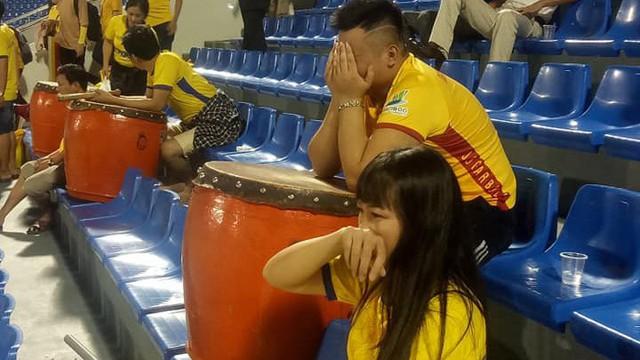 Đại gia một thời V.League thua với kịch bản cay đắng, CĐV ôm mặt khóc nức nở trên khán đài