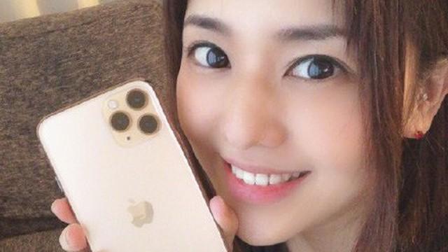 """""""Nữ hoàng phim người lớn"""" Aoi Sora """"tự sướng"""" với iPhone 11 Pro, nhưng lại có một điều bất ngờ khác trên ảnh"""