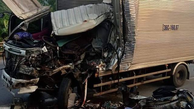 Đâm đuôi xe đầu kéo đỗ ven đường, tài xế tử vong trong cabin xe nát bét