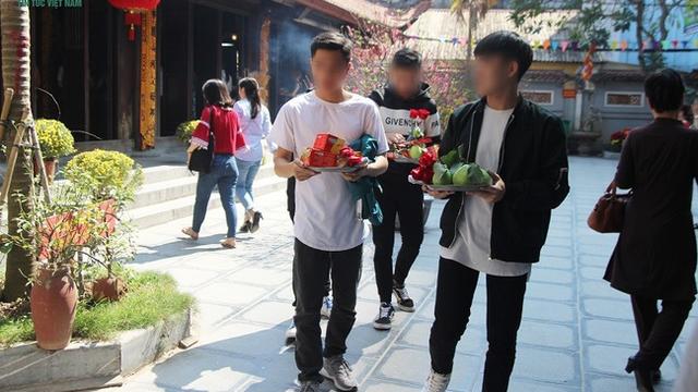 """Thanh niên đi chùa Hà cầu duyên về sau 4 tháng có người yêu, nhưng từ """"thẳng"""" lại thành """"cong"""""""