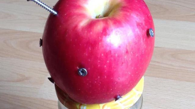 """Cắm 12 cây đinh vào quả táo rồi ăn để bổ sung sắt: Chuyên gia lý giải về ý tưởng """"điên rồ"""""""