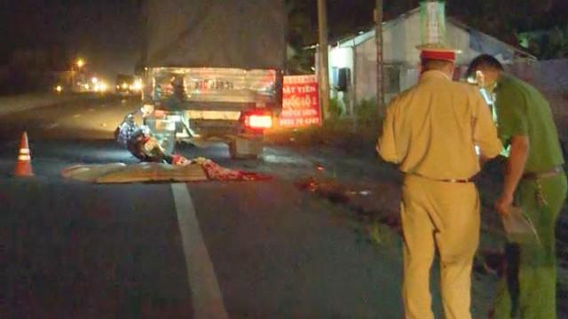 Đâm vào đuôi xe tải, hai mẹ con tử vong trên đường về quê dự đám tang
