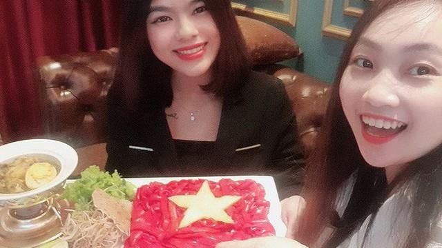 Cổ động viên làm tô mỳ Quảng hình cờ Tổ quốc, cổ vũ tuyển Việt Nam thắng Thái Lan