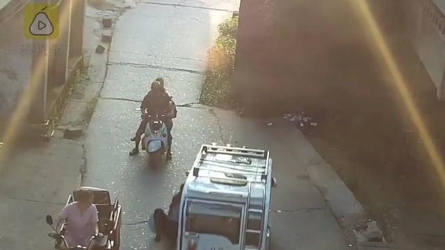Kinh hoàng ông lão bị ô tô kéo lê suốt 20 mét, tài xế chỉ dừng lại khi đâm vào cột đá bên đường