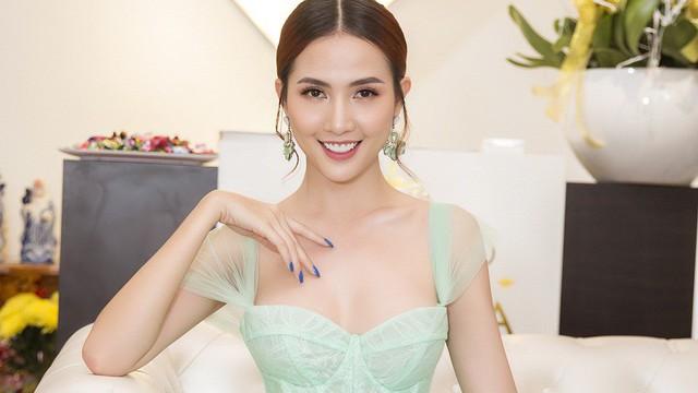 Hoa hậu Phan Thị Mơ mặc gợi cảm trong ngày lên chức bà chủ