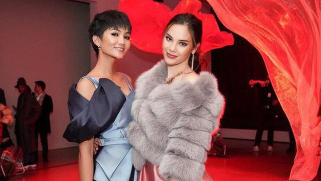 """Tân Hoa hậu Hoàn vũ Catriona Gray hội ngộ H'Hen Niê trên đất Mỹ, nói """"Xin chào Việt Nam"""" cực đáng yêu"""