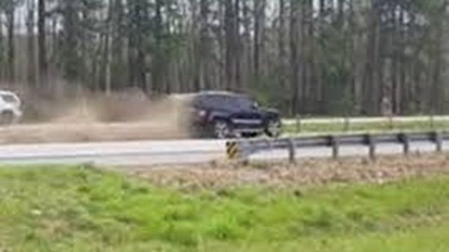 Ôtô đâm dải phân cách đúng lúc đoàn xe Tổng thống Donald Trump đi đến