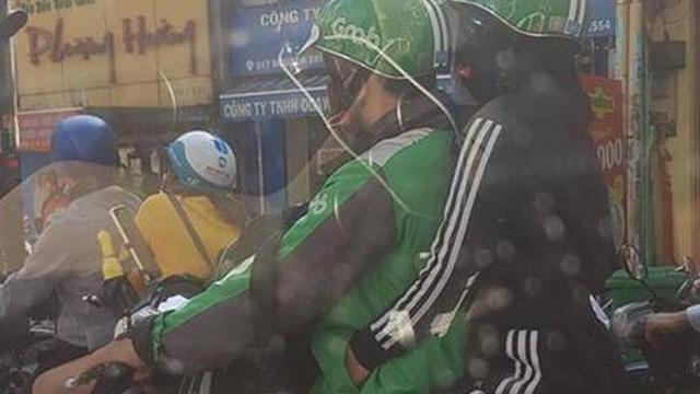 Nhìn cảnh gái xinh ngồi sau ôm chặt anh áo xanh, hội ế rủ nhau: Cho em làm Grabbike với, xe ôm công nghệ ơi!