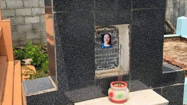 Hàng loạt ngôi mộ ở Đồng Nai bị dán ảnh phụ nữ lạ