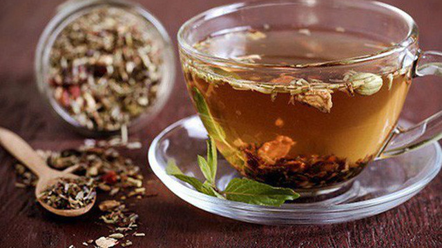 Uống trà thảo dược hàng ngày, suýt chết vì huyết áp cực cao