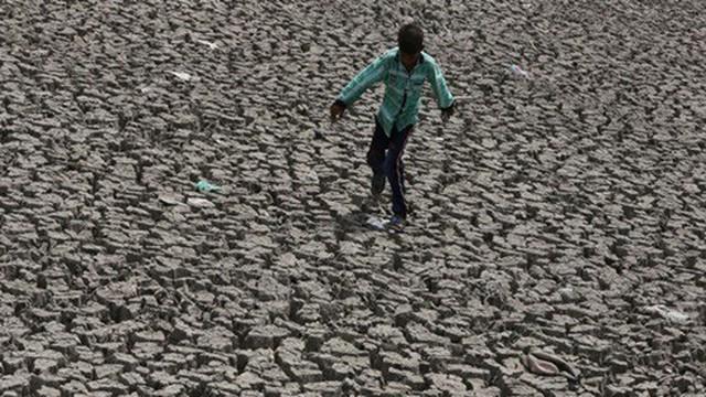 Người dân Ấn Độ vật vã chống chọi với nắng nóng gần 50 độ C