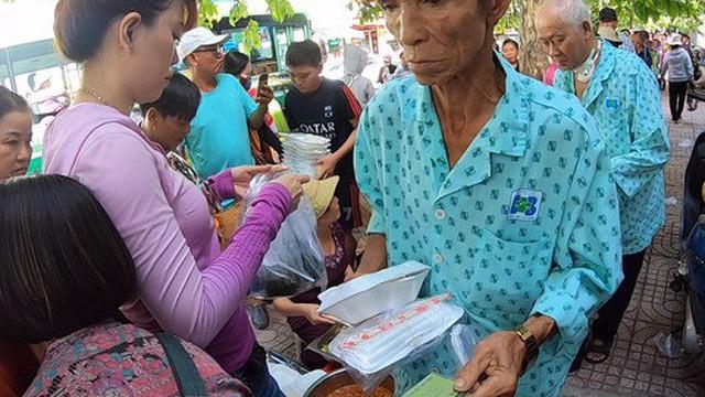 Người 5 năm phát cơm từ thiện nói gì sau vụ Lê Dương Bảo Lâm bị đánh?