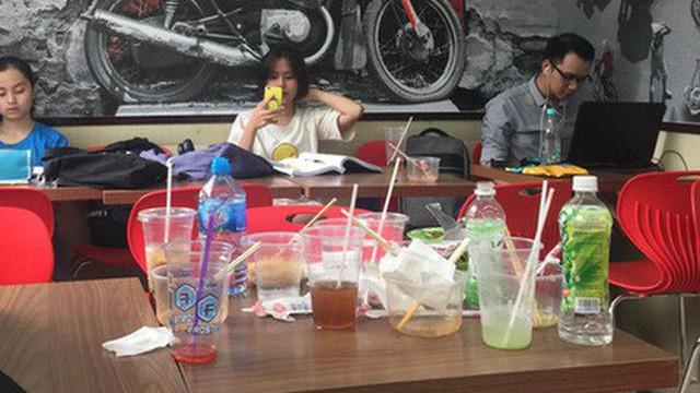 Hình ảnh xấu xí của sinh viên tại các cửa hàng tiện lợi mùa nóng: Chen chúc nhau ngồi lỳ từ sáng đến khuya, xả rất nhiều rác thải nhựa
