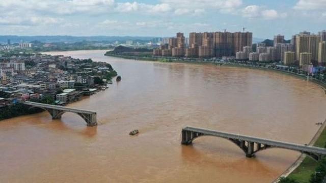 Cầu Trung Quốc sập bất thình lình, phương tiện lao thẳng xuống sông