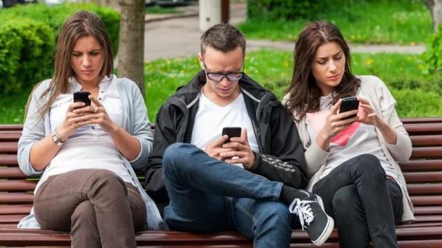 Dùng điện thoại sai cách, con người đang mọc thêm lớp gai trên hộp sọ