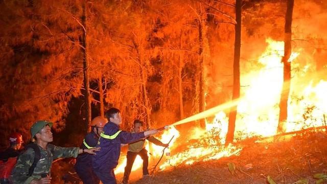 Biển lửa nuốt rừng thông, Hà Tĩnh di dời khẩn cấp hàng trăm hộ dân
