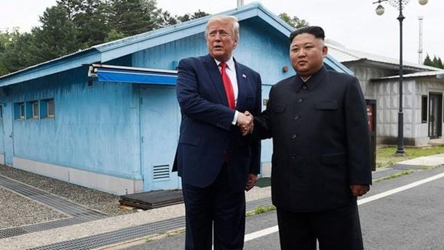 Vật thể lạ xuất hiện sát biên giới Triều Tiên sau cuộc gặp chóng vánh Trump – Kim