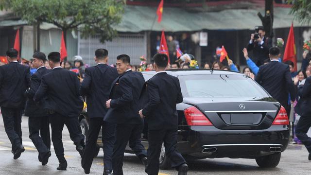 Tiết lộ lý do bất ngờ nhóm vệ sĩ chạy bộ theo xe Chủ tịch Kim Jong-un