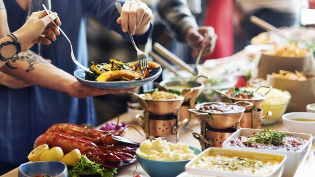 Người Việt vẫn bị chê thiếu văn minh khi ăn tiệc buffet, vậy đâu là cách ăn thật sang mà lại huề được vốn bỏ ra ban đầu?