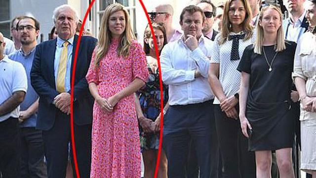 Chỉ vài phút xuất hiện, bạn gái của tân Thủ tướng Anh đã gây chú ý vì chi tiết này