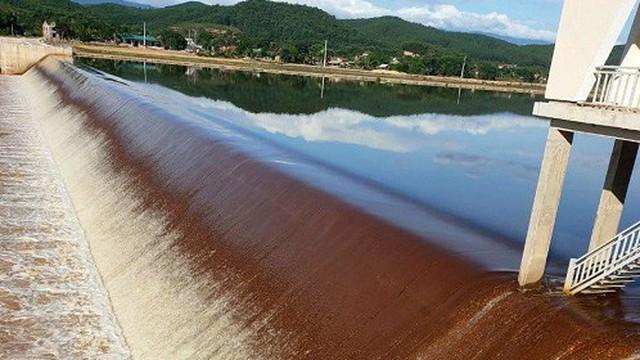 Làm rõ hiện tượng nước đập Ngàn Trươi đổi màu bất thường