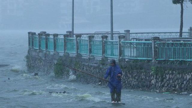 Ảnh: Dân Thủ đô vác cần ra Hồ Tây câu cá giữa trời mưa dông, gió giật