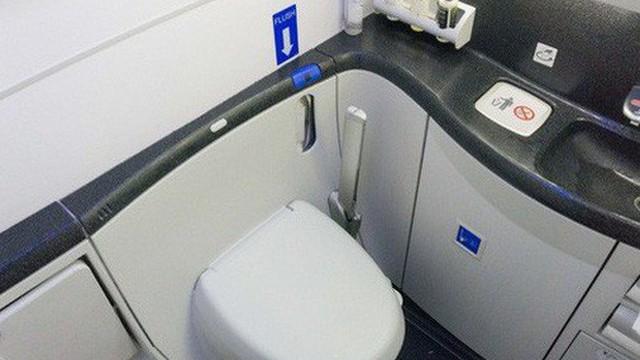Bị bắt vì đặt máy quay lén trong nhà vệ sinh máy bay