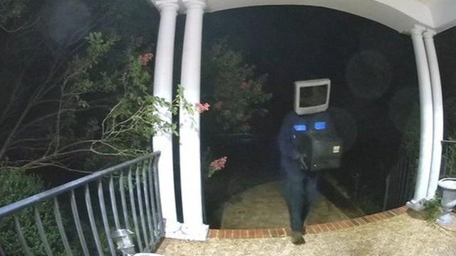 Người dân khu phố bỗng nhiên đồng loạt được tặng TV cũ, xem camera mới phát hiện kẻ hảo tâm bí ẩn lại là nhân vật đầu đội TV