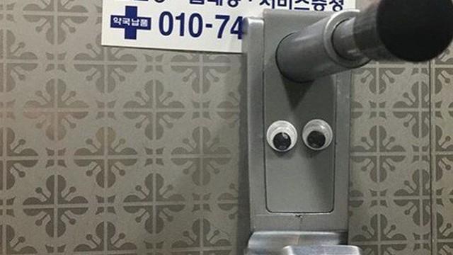 Giới trẻ Hàn đua nhau dán sticker hình đôi mắt trong nhà vệ sinh nam để đàn ông hiểu cảm giác bị quay lén của chị em phụ nữ