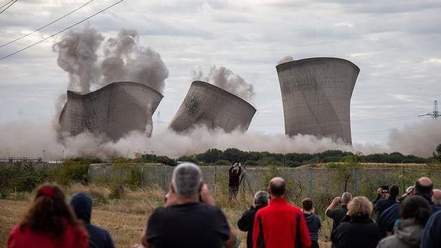 Người dân hoảng loạn khi 3 tháp nhiệt chọc trời của Anh sụp đổ trong 10 giây
