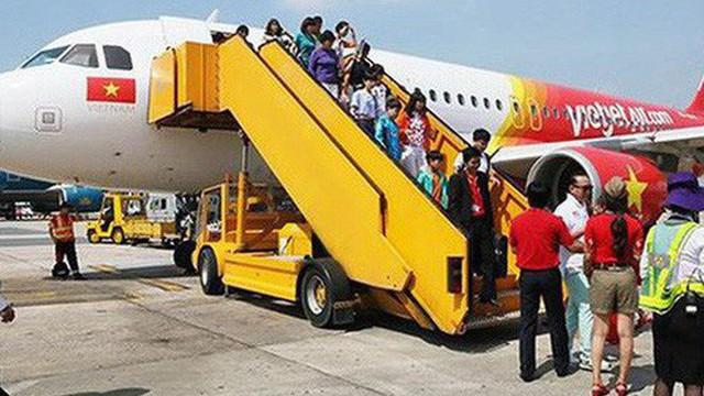 """VietJet Air xin tự phục vụ mặt đất: """"Miếng mồi béo bở"""" không ai muốn buông"""