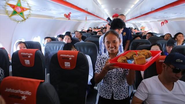 """Tranh cãi việc bà Tân Vlog đưa bánh Trung thu """"siêu to"""" lên máy bay Jetstar"""
