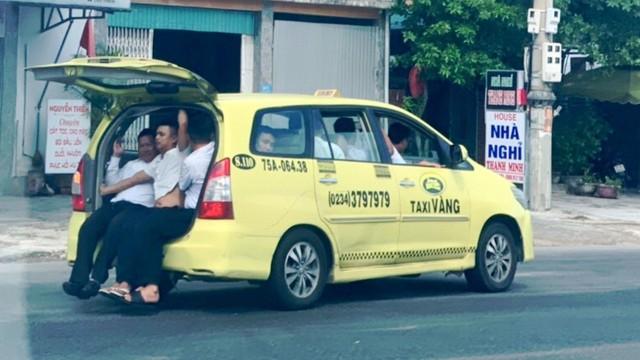 Taxi 'làm xiếc' nhồi nhét 11 người lưu thông trên Quốc lộ 1