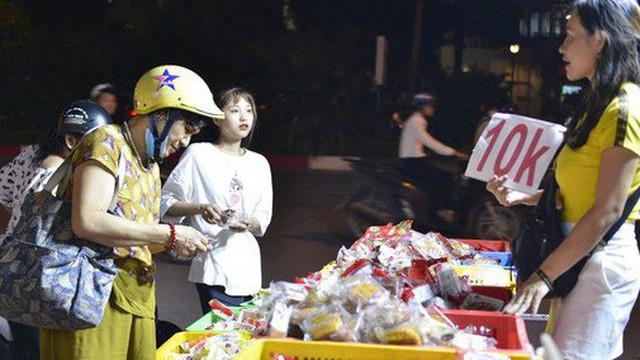 Hà Nội 1 tuần sau Trung thu: Bánh giá siêu rẻ bán đầy đường, có phải cơ hội vàng cho người tiêu dùng mua sướng tay?