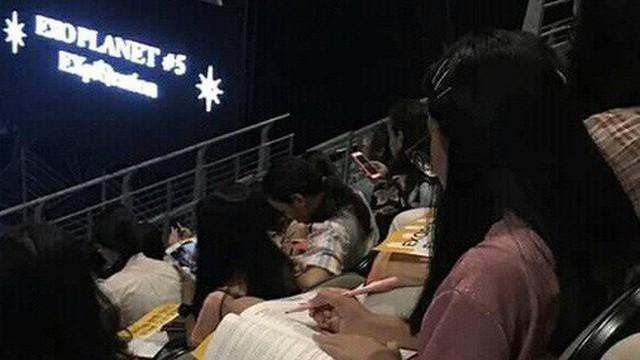 Vừa muốn quẩy hết mình lại còn đạt điểm cao, nữ sinh nhanh trí mang sách vở ôn bài ngay trong concert Kpop
