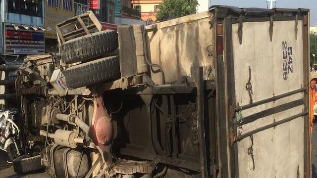 Xe tải tông 3 xe máy trên cầu vượt Cây Gõ, 4 người bị thương