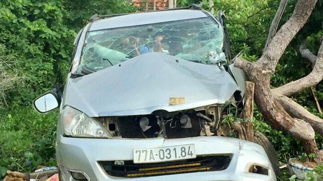 Lái xe thoát chết trong gang tấc khi tàu khách tông ô tô du lịch