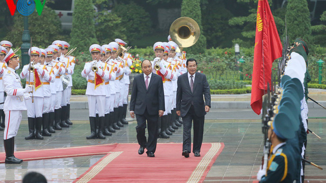 Thủ tướng Nguyễn Xuân Phúc chủ trì lễ đón Thủ tướng Campuchia Hun Sen